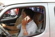 Từ 1/1/2017, dùng điện thoại khi lái xe bị phạt tới 800.000 đồng