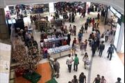 Người dân đổ về các trung tâm thương mại mua sắm