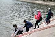 Hồ Hà Nội ngập rác ngày ông Táo