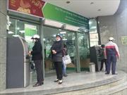 """Cận Tết, máy ATM và chuyển tiền online đều bị """"nghẽn"""""""