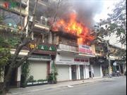 Dập tắt cháy lớn tại phố Bát Đàn, Hà Nội