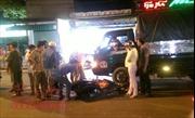 'Ma men' va quẹt ngã xe máy, bị xe tải tông trúng