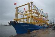 Bàn giao tàu vỏ thép lưới chụp đầu tiên lớn nhất cho ngư dân Quảng Trị