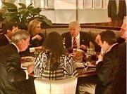 Lần đầu ăn tối bên ngoài, Tổng thống Donald Trump đặt tiệc ở đâu?