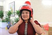 Mũ bảo hiểm khác biệt dành riêng cho phụ nữ dân tộc Thái