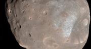 Tàu vũ trụ NASA suýt va vào Mặt Trăng của Sao Hỏa
