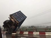 Tai nạn liên hoàn, xe container 18 bánh treo lơ lửng trên cầu Thanh Trì