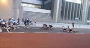 Cả đoàn đua xe đạp bị gió Nam Phi... thổi bay