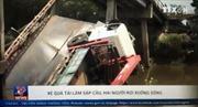Xe quá tải làm sập cầu, 2 người rơi xuống sông