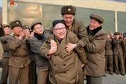 Thử tên lửa thành công, ông Kim Jong-un vui mừng cõng chuyên gia