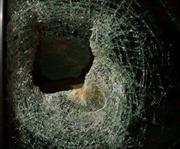 Cả gia đình hoảng loạn vì ô tô chạy trên đường cao tốc bị ném vỡ kính