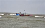 Quảng Ngãi: Hàng trăm người dân cứu tàu cá gặp nạn trên biển
