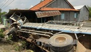 Đồng Tháp: Xe tải chở xoài bất ngờ đâm vào nhà dân