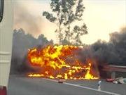 Kon Tum: Xe chở dầu lật và bốc cháy trên đèo Lò Xo làm một người chết