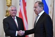 Lavrov bắt tay lạnh nhạt, Putin không chụp ảnh với Ngoại trưởng Mỹ