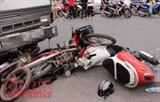 Xe tải đâm hai xe máy, 1 người chết, 2 bị thương