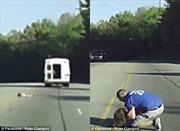 Hết hồn bé gái 4 tuổi rơi ra khỏi ô tô trên đường quốc lộ