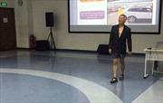 Cộng đồng mạng tranh cãi về việc Giáo sư mặc quần đùi giảng bài