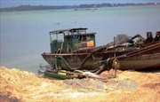 Bắt tàu khai thác cát trái phép trên Hồng ở Khoái Châu, Hưng Yên