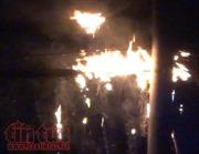 Cáp viễn thông bùng cháy như đuốc giữa đêm mưa