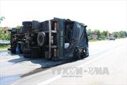 Tránh ô tô ngược chiều tại khúc cua, xe tải lật chắn ngang đường