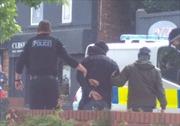 Khoảnh khắc cảnh sát đột kích vây bắt anh trai nghi phạm đánh bom tại Manchester