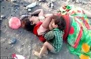 Nhói lòng cảnh bé 17 tháng tuổi khát sữa, ngồi khóc bên xác mẹ