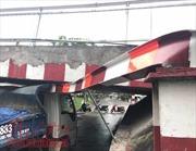 Giao thông tê liệt vì xe ben kẹt dưới gầm cầu