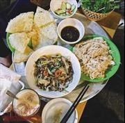 Ngày mát trời, nhâm nhi phở rán, lòng xào phố Nguyễn Siêu