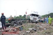 'Hung thần' container mất lái đè bẹp hai người đi xe máy