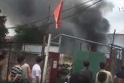 Hà Nội: Cháy lớn tại làng Triều Khúc, cột khói đen bốc cao hàng chục mét