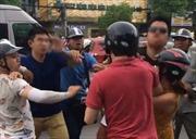 Tạm giữ 2 đối tượng đánh chảy máu mũi thanh niên người Mỹ trên phố Hà Nội