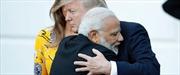 Giải mã cái ôm thân thiện trong lần đầu gặp mặt giữa Thủ tướng Ấn Độ và Tổng thống Mỹ