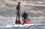 Quyết ở lại Real, Cristiano Ronaldo thoải mái tận hưởng sóng biển