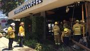 Ô tô đâm vào cửa hàng Starbucks ở Hollywood, nhiều người bị thương