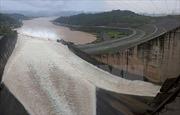 Thủy điện Hòa Bình phải mở thêm cửa xả lũ