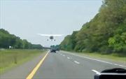 Bất ngờ gặp sự cố, máy bay buộc phải hạ cánh trên đường cao tốc đông đúc