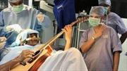 Chơi guitar khi đang được phẫu thuật não