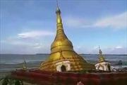 Khoảnh khắc ngôi chùa dát vàng sạt xuống sông tại Myanamar