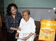 Phó Chủ tịch nước thăm, tặng quà các gia đình chính sách tại Vĩnh Long