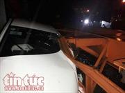 Xe container đi vào đường cấm đè bẹp ô tô con, 3 người thoát chết