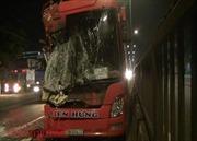 Xe khách lao đầu vào đuôi xe container, hành khách hoảng loạn