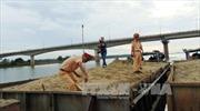 Tạm giữ 4 ghe máy khai thác cát trái phép trên sông Thu Bồn