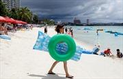 Mặc Triều Tiên dọa tấn công, du khách đảo Guam vẫn tắm biển, lướt sóng