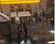 Xe tải lao vào đám đông ở Barcelona, người dân nghe thấy tiếng súng nổ