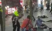 Cảm động hình ảnh viên cảnh sát giúp bà mẹ dỗ con sau vụ đâm xe đẫm máu tại Barcelona