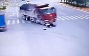 Bị 2 ô tô tải đâm liên tiếp, tài xế xe máy vẫn bình an vô sự