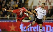 Sevilla gục ngã trước Valencia, Cordoba đánh bại 10 người Espanyol