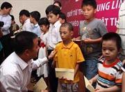 Tặng 200 triệu đồng cho học sinh khuyết tật nghèo