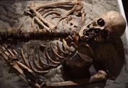 """Trưng bày bộ xương """"ma cà rồng"""" 700 tuổi"""